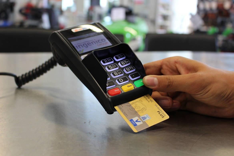 Cuando hagas un pago con tarjeta, nunca le quites la vista de encima.